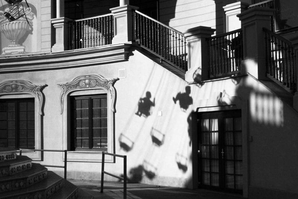 streetphotografie Kettenkarussell Schatten im Wiener Prater in schwarz-weiß