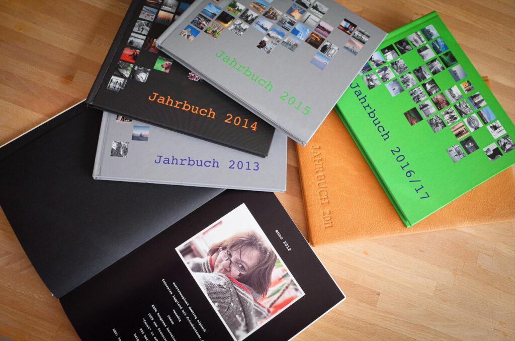 Jahrbücher  mit Fotos dokumentieren unser privates Leben und sind langlebiger als digitale Aufbewahrung