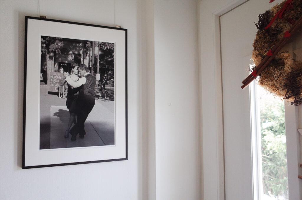 Streetfoto gerahmt hinter Museumsglas mit schwarzem Metallrahmen
