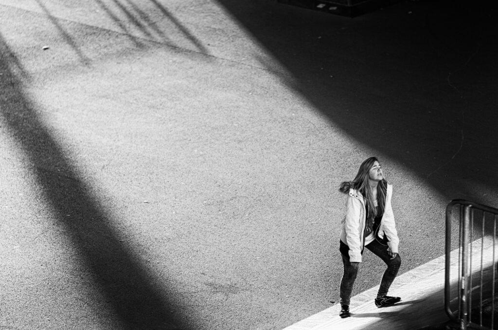 Streetphotografie einsames Mädchen in schwarz-weiss