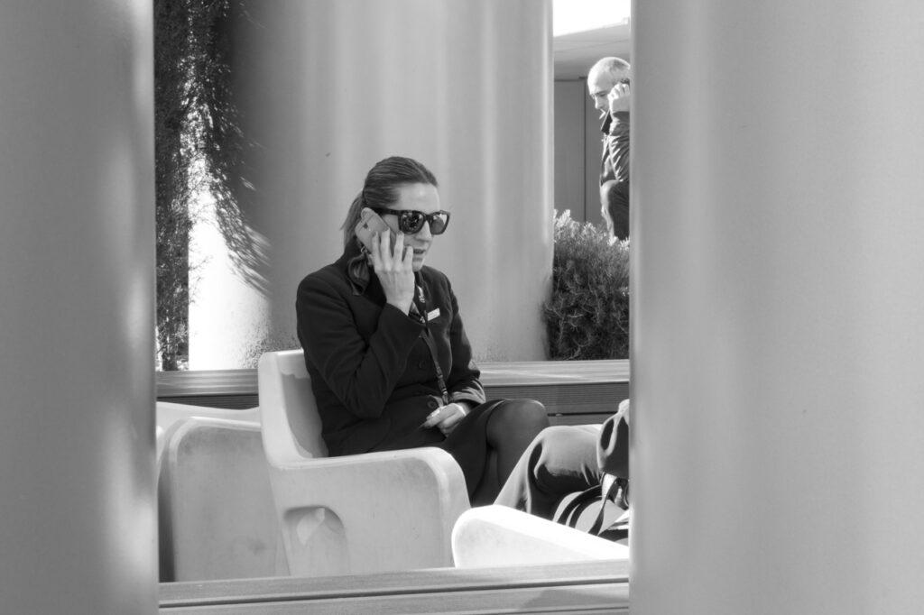 streetphotography telefonierende Menschen, Handy-Mania schwarz-weiß