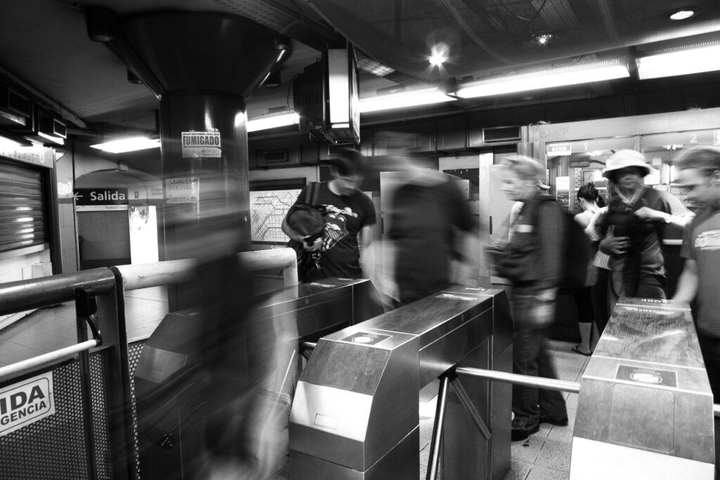 streetphotography Menschen in der Metro in schwarz-weiß