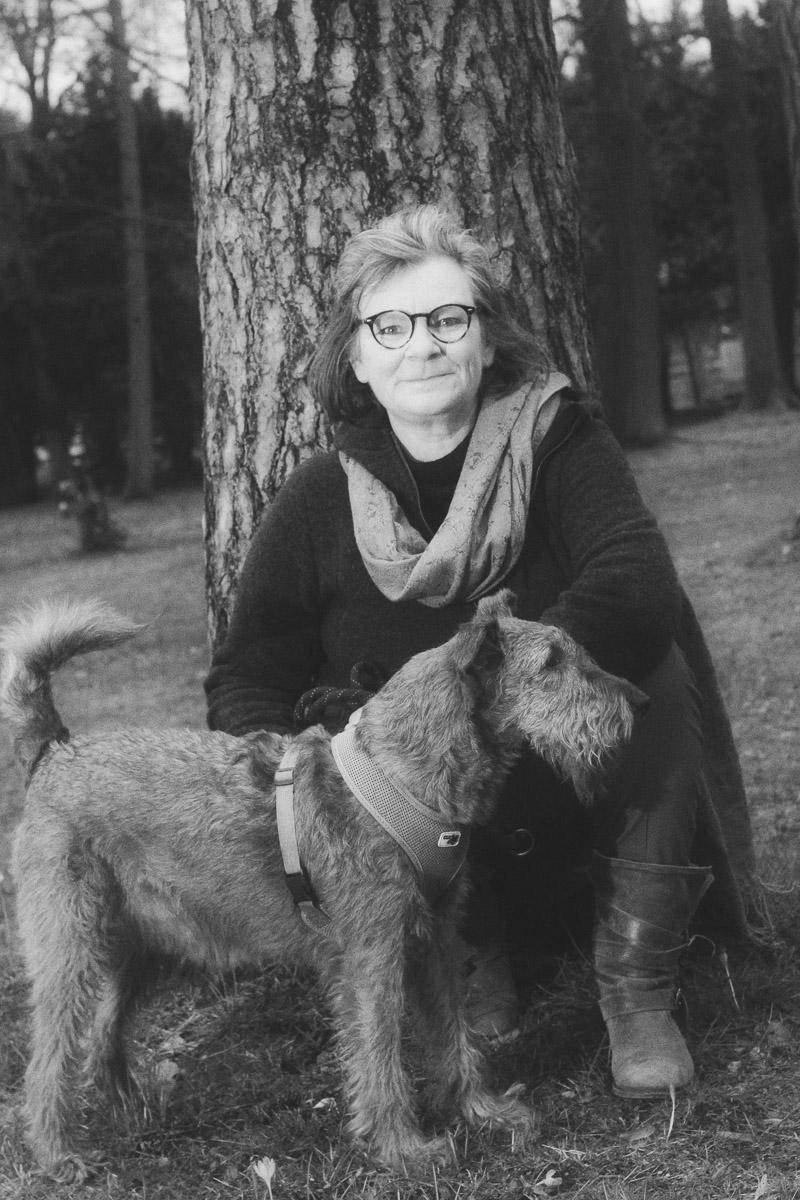 Frau mit Hund in b&w