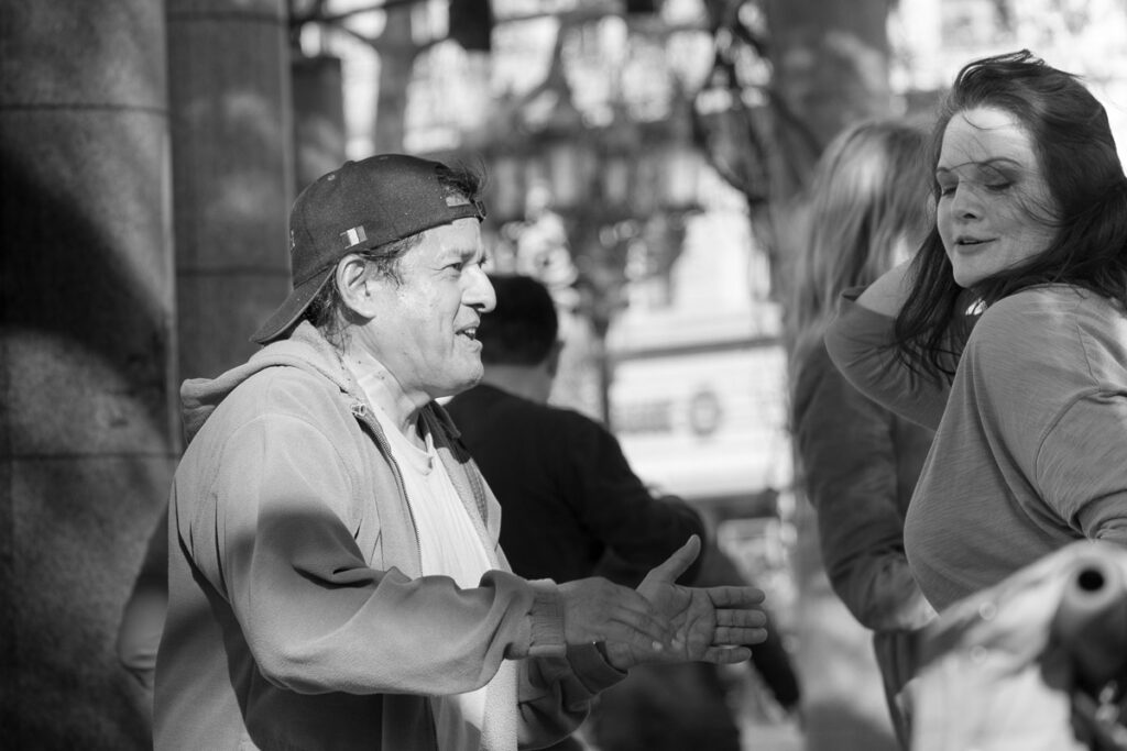 streetphotografie Streetsalsa - tanzendes Paar schwarz-weiß