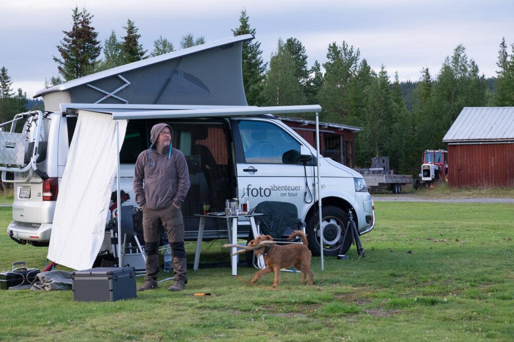 Bulli ist unser Bester! Auch im Sommer im hohen Norden am Vindelälven.