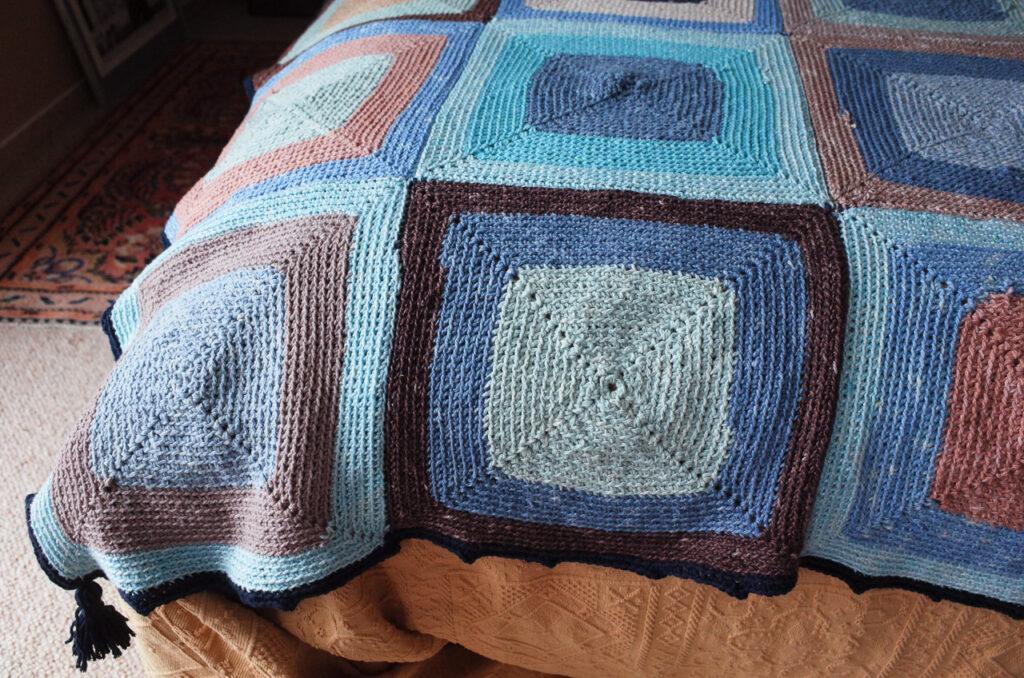 gehäkelte Decke in den Farben von Meer, Himmel und Erde