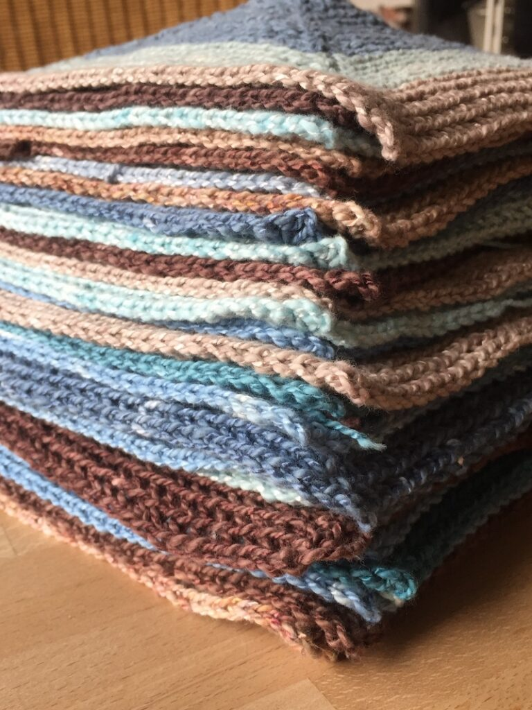 Decke aus einzelnen Quadraten häkeln : hier 28 Stück