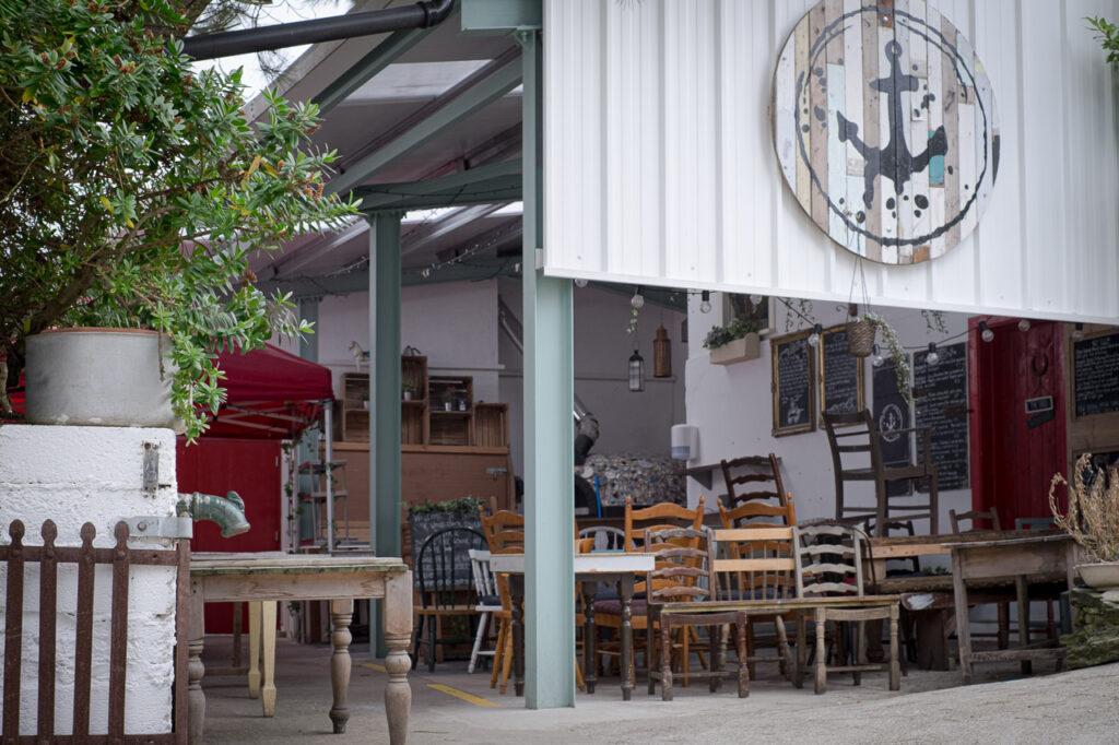 alte Möbel für modernes Restaurant auf Mön. Dänen lieben Nachhaltigkeit in Form von gebrauchten Waren.